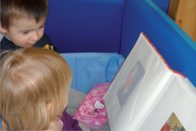 Kinder blättern in einem Buch